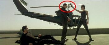 ...přesto agent odlétá po zádech a má díru po kulce v čele.