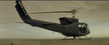 Stojící vrtulník má tři listy vrtule.