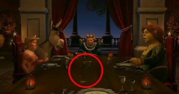 Shrek vykašle lžičku do prostřed stolu...
