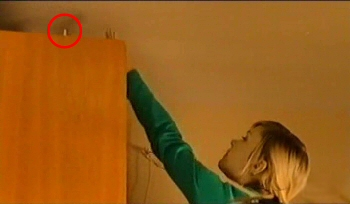 ...ale antenka couha nahoru a i z nasledujicich scen je poznat, ?e babysiting na skrini stal.